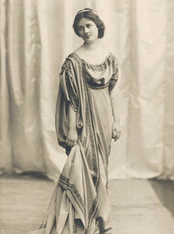Isadora Duncan with ancient Greek attire