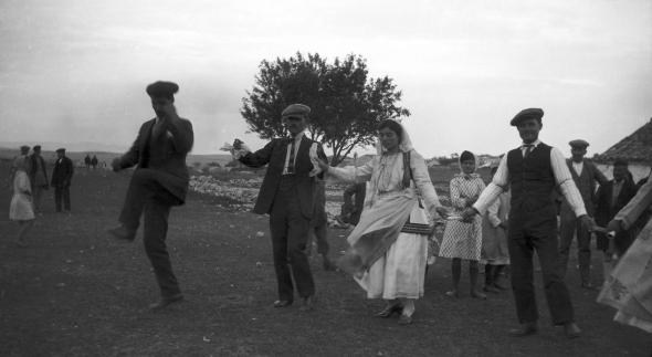 Dorothy Burr photographing wedding dance at Parapoungia 1924.