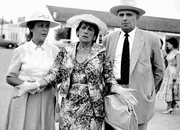 A still from The Aunt from Chicago (Η θεία από το Σικάγο) with the eccentric aunt (played by Georgia Vasileiadou) in the middle.